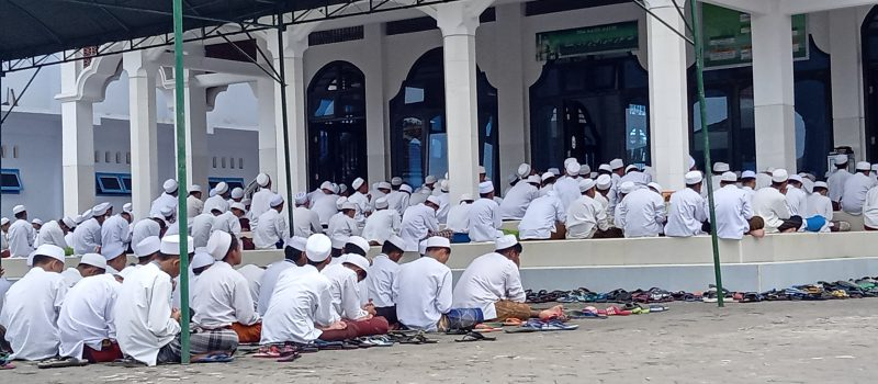 Peringati Para Perintis Pesantren, Ribuan Santri Khusu' Ikuti Khatmil Qur'an, Tahlil dan Istighatsah